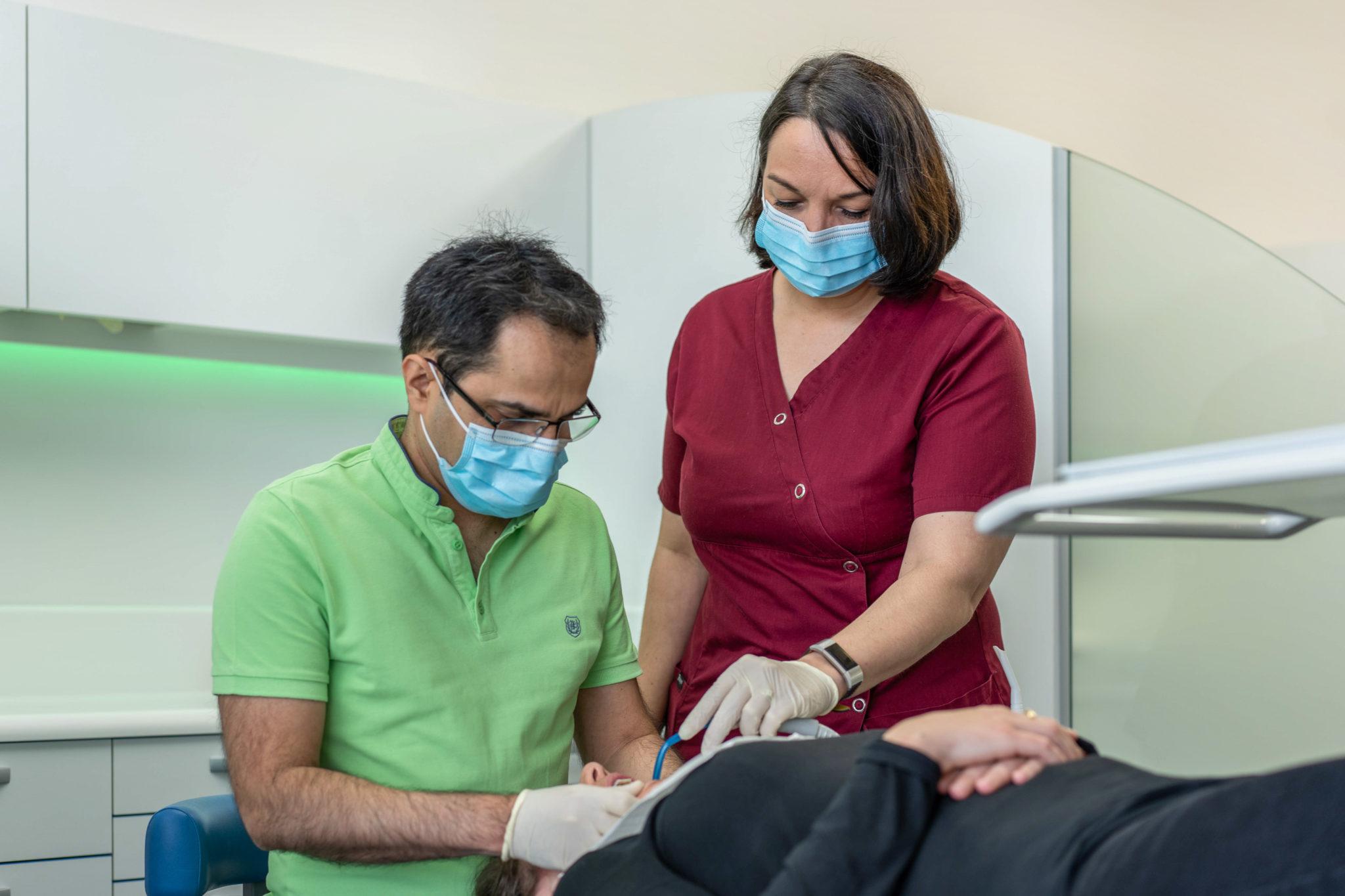Dr Faramarz réalise un soin dentaire Orthodontiste Nanterre